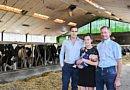 Deux générations innovantes de producteurs laitiers &      Deux générations de robots de traite Fullwood Packo.